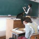 【ニャンコ先生】授業中に堂々と教卓の上でくつろぐ猫