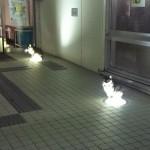 【ぬこ召喚】ライトで暖をとる二匹の猫が発見される