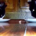 食べ物の恨みは怖い!強烈なパンチでこぼしたツナを守る猫