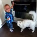 「私はネコ。あなたの心とカラダを守ります」 赤ちゃんに付き添うガーディアンキャット!
