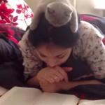 ここが特等席!? お姉さんの頭の上で読書する猫