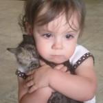 ギューッと!!子猫が大好き過ぎて離せない赤ちゃん