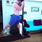 このポールダンスを見るにゃ!!男性と一緒にポールにつかまって回る猫