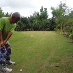 ゴルフ練習を邪魔する2匹の子猫と何だか嬉しそうな1人のおじさん