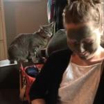 お前は誰ニャ!?泥パックをした飼い主の顔を見た猫が物凄いリアクション!
