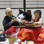 進撃のにゃんこが出現!?紙粘土人形と猫が繰り広げる温かな和み世界